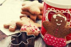 Χριστούγεννα ατόμων μελοψωμάτων coockies και διακόσμηση Στοκ εικόνα με δικαίωμα ελεύθερης χρήσης