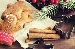 Χριστούγεννα ατόμων μελοψωμάτων coockies και διακόσμηση Στοκ φωτογραφίες με δικαίωμα ελεύθερης χρήσης