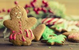 Χριστούγεννα ατόμων μελοψωμάτων coockies και διακόσμηση Στοκ Εικόνα
