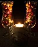 Χριστούγεννα, γεμισμένα γυαλιά σαμπάνιας Χριστουγέννων σφαίρες με το τσάι lig Στοκ Εικόνες