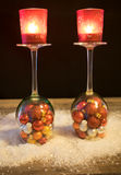 Χριστούγεννα, γυαλιά κρασιού με τις σφαίρες Χριστουγέννων και φως τσαγιού στο θόριο Στοκ φωτογραφία με δικαίωμα ελεύθερης χρήσης