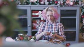 Χριστούγεννα Γυναίκα δώρα στα νέα έτους ` s εσωτερικά πακέτων Χριστουγέννων φιλμ μικρού μήκους