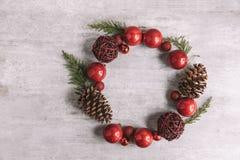 Χριστούγεννα γύρω από τη σύνθεση πλαισίων στο ξύλινο υπόβαθρο Επίπεδος βάλτε στοκ φωτογραφία με δικαίωμα ελεύθερης χρήσης