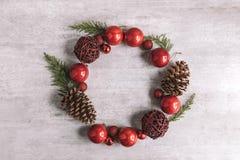 Χριστούγεννα γύρω από τη σύνθεση πλαισίων στο ξύλινο υπόβαθρο Επίπεδος βάλτε στοκ φωτογραφίες με δικαίωμα ελεύθερης χρήσης