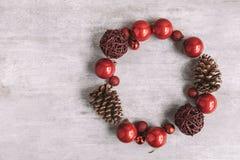 Χριστούγεννα γύρω από τη σύνθεση πλαισίων στο ξύλινο υπόβαθρο Επίπεδος βάλτε στοκ εικόνα