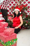 Χριστούγεννα εκμετάλλευσης γυναικών παρόντα Στοκ φωτογραφία με δικαίωμα ελεύθερης χρήσης