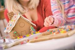 Χριστούγεννα: Εστίαση στην καραμέλα και διακοσμημένο το τήξη σπίτι μελοψωμάτων Στοκ φωτογραφία με δικαίωμα ελεύθερης χρήσης