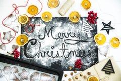 Χριστούγεννα εύθυμα γραπτός σε έναν μαύρο πίνακα που ψεκάζεται με το αλεύρι Έννοια μαγειρέματος Χριστουγέννων Στοκ φωτογραφίες με δικαίωμα ελεύθερης χρήσης