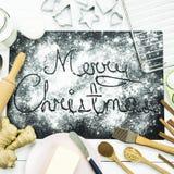 Χριστούγεννα εύθυμα γραπτός σε έναν μαύρο πίνακα που ψεκάζεται με το αλεύρι Έννοια μαγειρέματος Χριστουγέννων Στοκ εικόνες με δικαίωμα ελεύθερης χρήσης