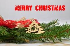Χριστούγεννα εύθυμα Κομψός κλάδος των διακοσμήσεων Η Χαρούμενα Χριστούγεννα επιγραφής Στοκ Εικόνες