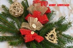 Χριστούγεννα εύθυμα Κομψός κλάδος των διακοσμήσεων Χριστουγέννων Η Χαρούμενα Χριστούγεννα επιγραφής Στοκ Φωτογραφία