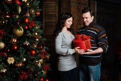 Χριστούγεννα εύθυμα Νέα Χριστούγεννα εορτασμού ζευγών στο σπίτι Στοκ Φωτογραφία