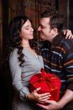 Χριστούγεννα εύθυμα Νέα Χριστούγεννα εορτασμού ζευγών στο σπίτι Στοκ εικόνες με δικαίωμα ελεύθερης χρήσης