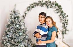 Χριστούγεννα εύθυμα Νέα Χριστούγεννα εορτασμού ζευγών στο σπίτι Στοκ Εικόνα