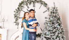 Χριστούγεννα εύθυμα Νέα Χριστούγεννα εορτασμού ζευγών στο σπίτι Στοκ φωτογραφία με δικαίωμα ελεύθερης χρήσης