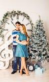 Χριστούγεννα εύθυμα Νέα Χριστούγεννα εορτασμού ζευγών στο σπίτι Στοκ Εικόνες