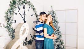Χριστούγεννα εύθυμα Νέα Χριστούγεννα εορτασμού ζευγών στο σπίτι Στοκ Φωτογραφίες