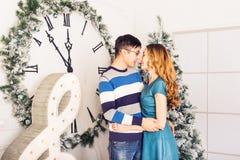Χριστούγεννα εύθυμα Νέα Χριστούγεννα εορτασμού ζευγών στο σπίτι Στοκ φωτογραφίες με δικαίωμα ελεύθερης χρήσης
