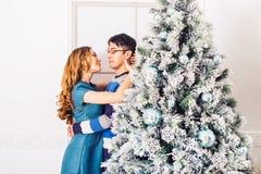 Χριστούγεννα εύθυμα Νέα Χριστούγεννα εορτασμού ζευγών στο σπίτι Στοκ εικόνα με δικαίωμα ελεύθερης χρήσης