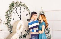Χριστούγεννα εύθυμα Νέα Χριστούγεννα εορτασμού ζευγών Στοκ εικόνες με δικαίωμα ελεύθερης χρήσης