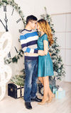 Χριστούγεννα εύθυμα Νέα Χριστούγεννα εορτασμού ζευγών Στοκ Εικόνα