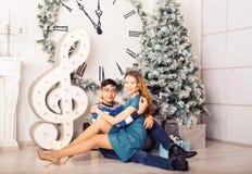 Χριστούγεννα εύθυμα Νέα Χριστούγεννα εορτασμού ζευγών Στοκ φωτογραφία με δικαίωμα ελεύθερης χρήσης