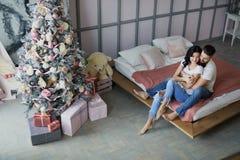 Χριστούγεννα εύθυμα Ρομαντικό φίλημα ζευγών, Χριστούγεννα εορτασμού στο σπίτι Διακοπές και έννοια εορτασμού Στοκ φωτογραφία με δικαίωμα ελεύθερης χρήσης