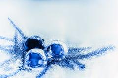 Χριστούγεννα η διανυσματική έκδοση δέντρων χαρτοφυλακίων μου Σφαίρες και κλάδοι έλατου Στοκ Εικόνες