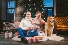 Χριστούγεννα θέματος και νέο κατοικίδιο ζώο οικογενειακών κύκλων έτους εσωτερικού και 1χρονη καυκάσια συνεδρίαση γυναικών μπαμπάδ στοκ φωτογραφίες με δικαίωμα ελεύθερης χρήσης