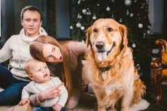 Χριστούγεννα θέματος και νέο κατοικίδιο ζώο οικογενειακών κύκλων έτους εσωτερικού και 1χρονη καυκάσια συνεδρίαση γυναικών μπαμπάδ στοκ εικόνες με δικαίωμα ελεύθερης χρήσης