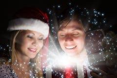 Χριστούγεννα κάποιος ριγωτό αιφνιδιαστικό tiptoe γυναικείων καλτσών στα Χριστούγεννα δέντρων Στοκ Εικόνες
