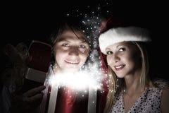 Χριστούγεννα κάποιος ριγωτό αιφνιδιαστικό tiptoe γυναικείων καλτσών στα Χριστούγεννα δέντρων Στοκ εικόνα με δικαίωμα ελεύθερης χρήσης