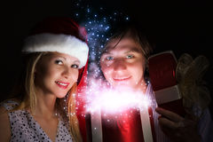 Χριστούγεννα κάποιος ριγωτό αιφνιδιαστικό tiptoe γυναικείων καλτσών στα Χριστούγεννα δέντρων Στοκ φωτογραφία με δικαίωμα ελεύθερης χρήσης