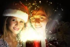 Χριστούγεννα κάποιος ριγωτό αιφνιδιαστικό tiptoe γυναικείων καλτσών στα Χριστούγεννα δέντρων Στοκ φωτογραφίες με δικαίωμα ελεύθερης χρήσης