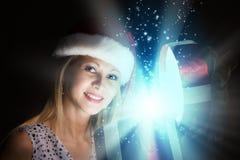 Χριστούγεννα κάποιος ριγωτό αιφνιδιαστικό tiptoe γυναικείων καλτσών στα Χριστούγεννα δέντρων Στοκ εικόνες με δικαίωμα ελεύθερης χρήσης