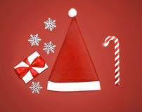 Χριστούγεννα καθορισμένα - Άγιος Βασίλης ΚΑΠ, κιβώτιο δώρων, snowflakes και καραμέλα Στοκ φωτογραφία με δικαίωμα ελεύθερης χρήσης