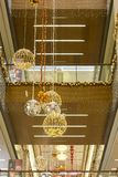 Χριστούγεννα και νέα διακόσμηση έτους με τις σφαίρες και το χριστουγεννιάτικο δέντρο στη λεωφόρο αγορών - Antalya, Τουρκία - 12 0 στοκ εικόνα