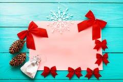 Χριστούγεννα και νέα κάρτα έτους με το διάστημα αντιγράφων Τοπ όψη Εξαρτήματα διακοπών στοκ φωτογραφία