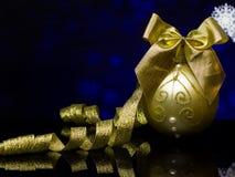 Χριστούγεννα και νέα κάρτα έτους ` s Διακοσμήσεις σε μια μαύρη επιφάνεια αντανάκλασης καθρεφτών Στοκ Εικόνες