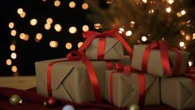 Χριστούγεννα και νέα κιβώτια δώρων έτους με τα φω'τα bokeh φιλμ μικρού μήκους