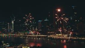 Χριστούγεννα και νέα πυροτεχνήματα έτους πέρα από το νυχτερινό ουρανό, Southbank, Μπρίσμπαν, Αυστραλία απόθεμα βίντεο
