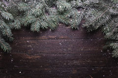Χριστούγεννα και νέα σύνθεση διακοσμήσεων έτους Τοπ άποψη των κλάδων γούνα-δέντρων στο ξύλινο υπόβαθρο με τη θέση για το σας Στοκ Φωτογραφία