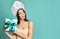 Χριστούγεννα και νέος εορτασμός έτους Όμορφη κυρία, πολύ ευθεία πετώντας τρίχα, παραδοσιακό ρωσικό καπέλο kokoshnik, κρατώντας το στοκ εικόνα