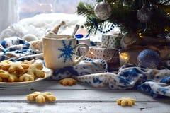 Χριστούγεννα και νέο υπόβαθρο έννοιας εορτασμού διακοπών έτους Φλυτζάνι του κακάου με marshmallow, το σπιτικά μπισκότο σοκολάτας  Στοκ Φωτογραφίες