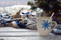 Χριστούγεννα και νέο υπόβαθρο έννοιας εορτασμού διακοπών έτους Φλυτζάνι του κακάου με marshmallow, διακόσμηση δέντρων στον ξύλινο Στοκ Εικόνα