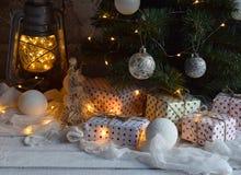 Χριστούγεννα και νέο υπόβαθρο έννοιας εορτασμού διακοπών έτους Αναμμένα κεριά, διακόσμηση χριστουγεννιάτικων δέντρων, δώρα στον ξ Στοκ φωτογραφία με δικαίωμα ελεύθερης χρήσης
