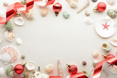 Χριστούγεννα καρτών εορτ&a Άμμος σφαιρών και θαλασσινών κοχυλιών ο με το διάστημα αντιγράφων Στοκ Φωτογραφία