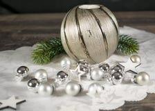 Χριστούγεννα, κερί με τον κλάδο και ασημένιες σφαίρες Στοκ Φωτογραφίες