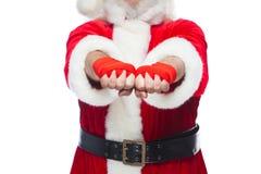 Χριστούγεννα Κλείστε επάνω δύο πυγμών Άγιου Βασίλη με έναν κόκκινο επίδεσμο που τυλίγεται σε τους για τον εγκιβωτισμό Kickboxing, στοκ φωτογραφία με δικαίωμα ελεύθερης χρήσης