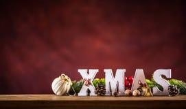 Χριστούγεννα Λέξη Χριστουγέννων φιαγμένη από ξύλινες επιστολές σε έναν ξύλινο πίνακα πινάκων Κλαδίσκος έλατου αστεριών κώνων πεύκ Στοκ Φωτογραφίες
